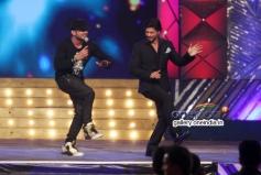 Shahrukh Khan dance with Honey Singh at Umang 2014