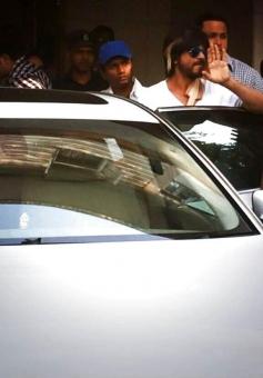 Shahrukh Khan leaving Nanavati hospital to resume shooting HNY