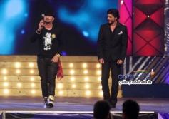 Shahrukh Khan performs with Honey Singh at Umang 2014