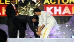 Shahrukh Khan takes blessings from Mammootty at the Asianet Film Awards 2014