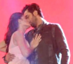 Katrina Kaif & Ranbir Kapoor Kissed in Public