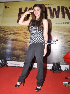 Alia Bhatt funny pose at Highway media interaction in Bangalore