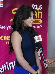 Amala Paul addressing media at Velai Illa Pattathari audio launch