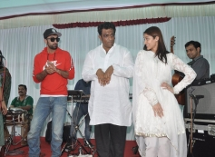 Anurag Basu dances with Ranbir and Ileana at his Saraswati Pooja celebrations