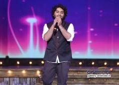 Arijit Singh performing at 6th Royal Stag Mirchi Music Awards 2014