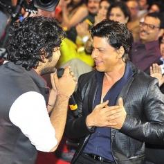 Arijith Singh and Shahrukh Khan at Mirchi Music Awards 2014