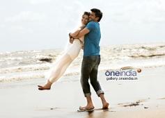 Harman Baweja and Ayesha Khanna romantic still from Dishkiyaoon
