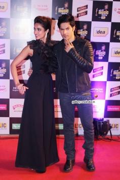 Ileana D'Cruz and Varun Dhawan at Mirchi Music Awards 2014