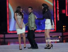 Ileana D'Cruz and Nargis Fakhri with VJ Andy on India's Got Talent 5