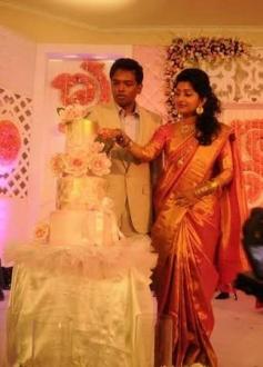 Meera Jasmine with her husband Anil John Titus cut the cake