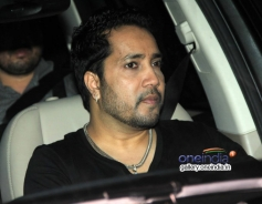 Mika Singh snapped at Mannat on SRK's party