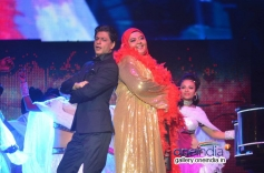 Shahrukh Khan performces with a fan for Temptation Reloaded 2014 Malaysia
