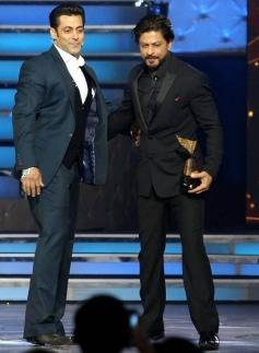 Shahrukh Khan and Salman Khan at Star Guild Awards 2014
