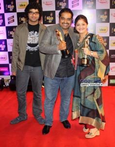 Shankar Mahadevan with his son Siddharth & wife Sangeeta at Mirchi Music Awards 2014