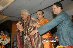 Suresh Wadkar honouring Ustad Ghulam Mustafa Khan with Dilip Walse - Patil
