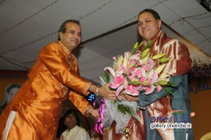 Suresh Wadkar honouring Shri. Dilip Walse - Patil