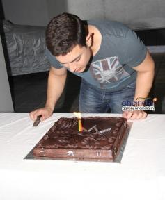 Aamir Khan cut his 49th birthday cake
