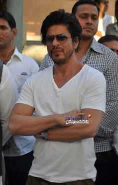 SRK at Juhi Chawla's brother Bobby Chawla's funeral