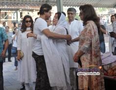 King Khan at Juhi Chawla's brother Bobby Chawla's funeral