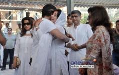 Shah Rukh Khan at Juhi Chawla's brother Bobby Chawla's funeral