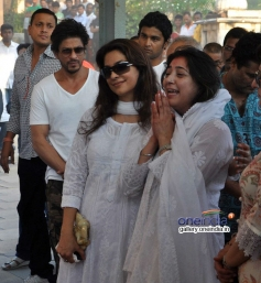SRK attends Juhi Chawla's brother Bobby Chawla's funeral