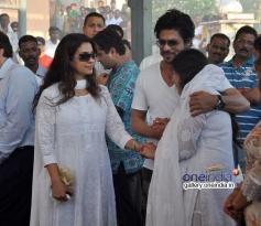 Shahrukh Khan with Juhi Chawla at Bobby Chawla's funeral