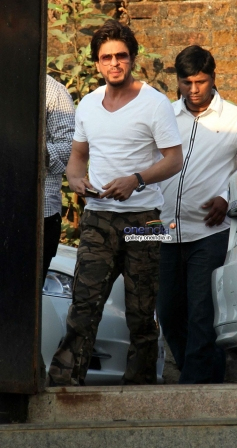 SRK arrives at Juhi Chawla's brother Bobby Chawla's funeral