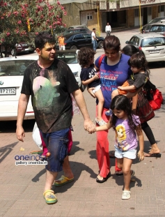 Dabboo Ratnani with wife and kids at Sanjay Gupta's Holi celebration