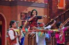 Kailash Kher celebrates Holi on the sets of Comedy Nights with Kapil