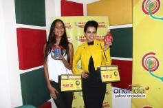 Kangna Ranaut with Lisa Haydon having fun at Radio Mirchi Mumbai