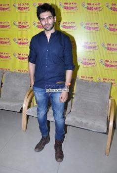 Kartik Aryan promote Kaanchi on Radio Mirchi