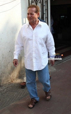 Salim Khan at actress Nanda funeral
