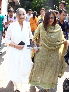 Salman Khan mother Sushila Charak and sister Alvira Agnihotri at actress Nanda funeral