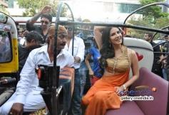 Sunny Leone arrives in a Auto Rickshaw at Ragini MMS 2 success bash