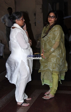 Sushila Charak with daughter Alvira Agnihotri at actress Nanda funeral