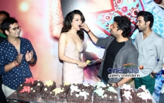 Vikas Bahl share a piece of cake with Kangna Ranaut at Queen film success bash