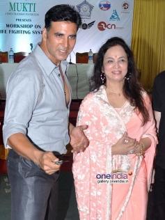 Akshay Kumar & Smita Thackeray at launch of Tolpar Knife Training & unarmed combat training session