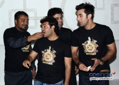 Anurag Kashyap shares a piece of cake with Vikas Bahl at Bombay Velvet wrap up party