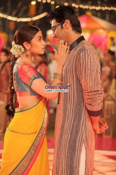 Arjun Kapoor and Alia Bhatt still from 2 States film song Iski Uski