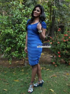 Iniya poses at Naan Sigappu Manithan press meet