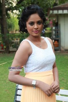 Nandita poses at Mundasupatti press meet