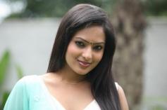 Nikeesha Patel still from Ennamo Edho