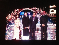 Parineeti Chopra gives away the award for Best Director to Rakeysh Om Mehra