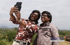 Vishnu and Kaali Venkat still from Mundaasupatti