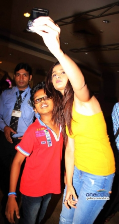 Alia Bhattselfie with a kid  at DVD Launch of Highway