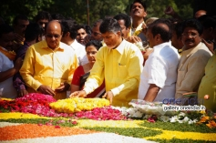 Chandrababu Naidu at NTR family members pays tributes at NTR Ghat Photos