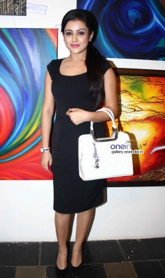 Mishti Chakraborty Inaugurates 'Hues 2' Art Exhibition