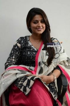 Actress Sneha Interview Photos about Un Samayal Arayil Movie