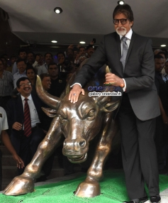 Amitabh Bachchan media posing with the bronze statue