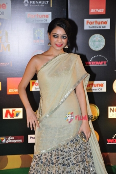 Janani Iyer  at IIFA Utsavam Awards 2016